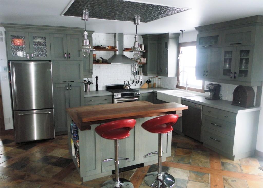 Cuisine en merisier teint et verni comptoir de b ton et for Acheter ilot de cuisine
