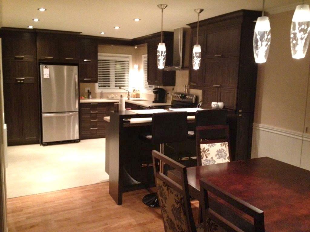 cuisine en polyester comptoir de c ramique avec bande de corian b nisterie s forcier. Black Bedroom Furniture Sets. Home Design Ideas