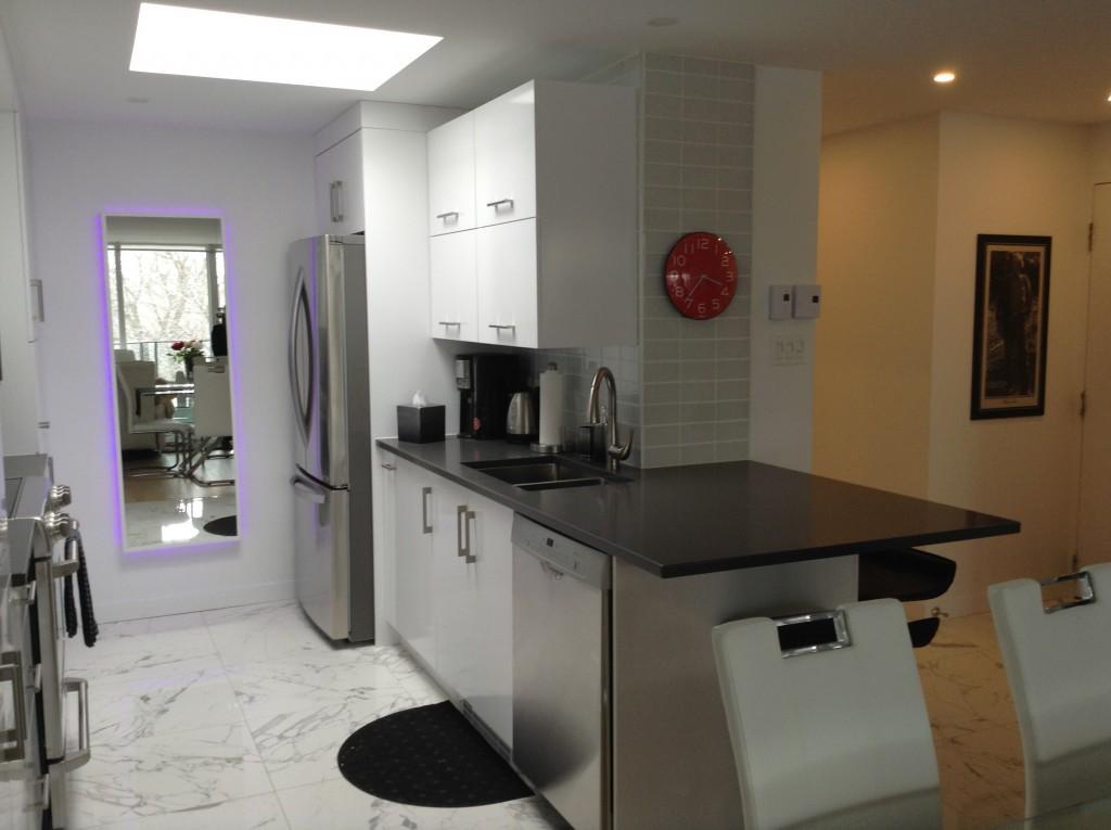 cuisine mdf laqu lustr avec comptoir de quartz b nisterie s forcier. Black Bedroom Furniture Sets. Home Design Ideas